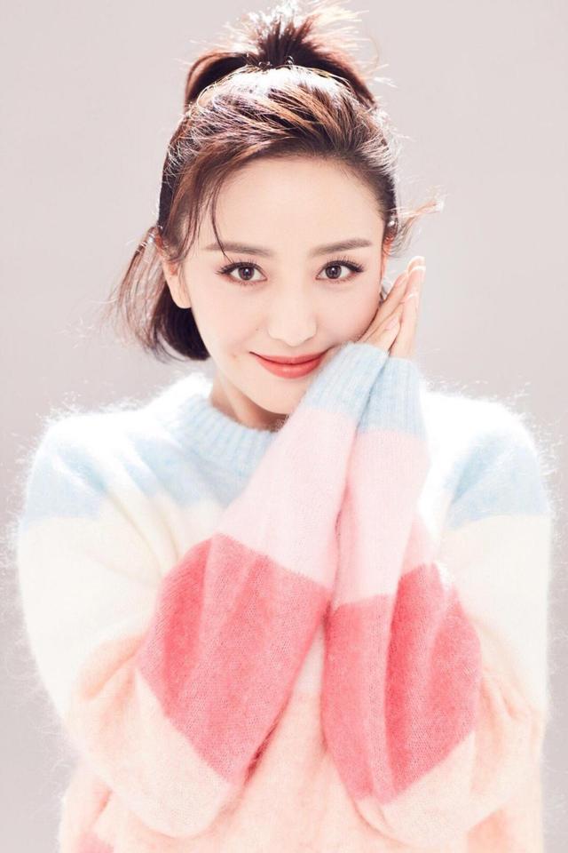佟丽娅太甜了!波波头搭配彩虹毛衣温柔甜美,一点也不像36岁