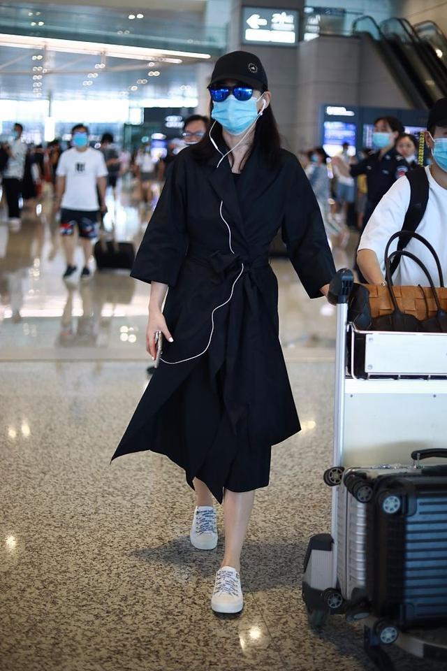 梅婷的气质靠包装,穿黑色风衣又是好的材质,自然看着很高级