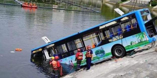 安顺坠湖公交后续:事发当天司机老宅遭拆除,邻居见其闯入受阻