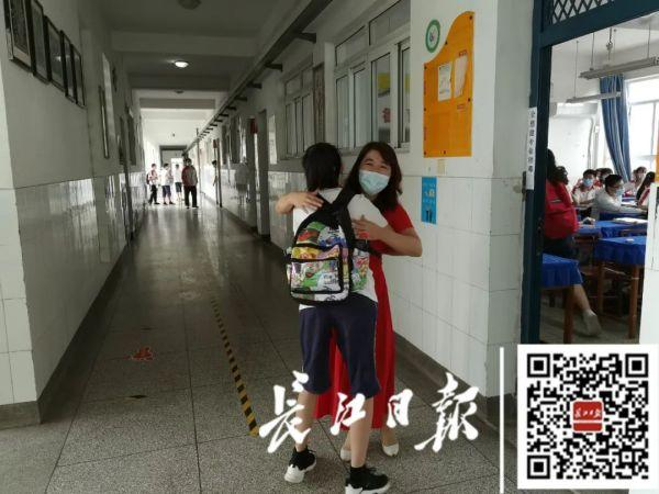 刚刚,武汉15.8万名初中学子复学!第一课他们高唱国歌