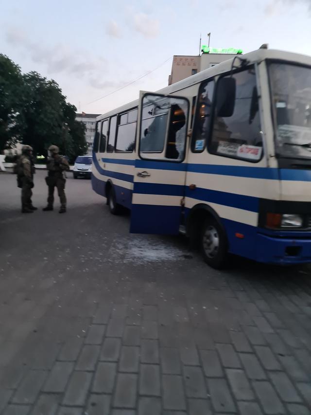 俄男子在乌劫持20名人质,要求所有人观看一部电影,总统答应了