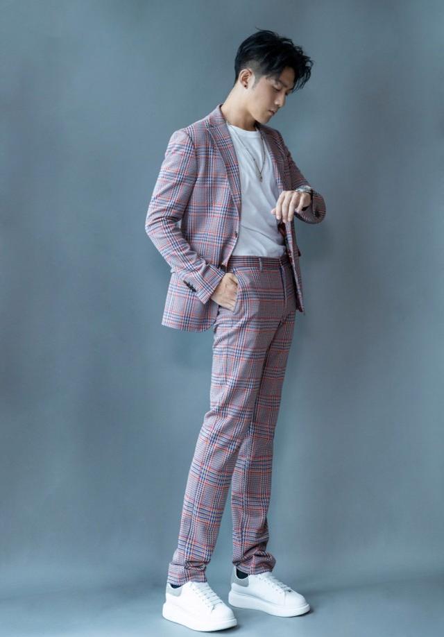 """收到绿茶的""""许幻山"""",戏外穿格纹西装帅气时髦,一双大长腿吸睛"""