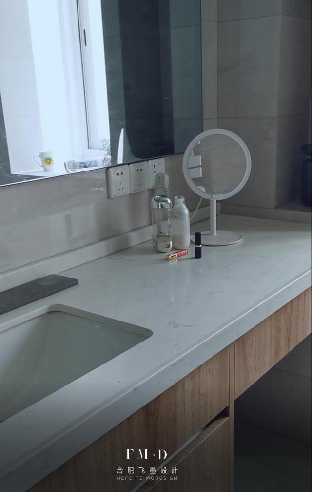 这卫生间装的让我称心如意,洗漱台加长一截多个化妆台,用着方便