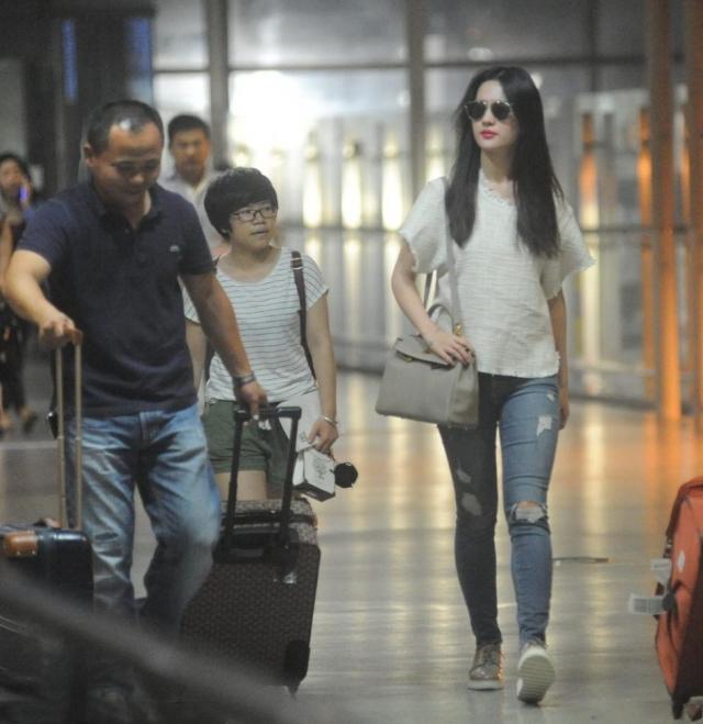 刘亦菲和妈妈走机场,糊掉的镜头下自带光环,双腿不细不直却可爱
