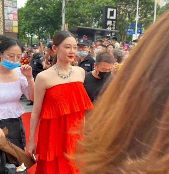 郑恺苗苗婚后首次合体秀恩爱,妻子一身红裙好喜庆,网友:太美了