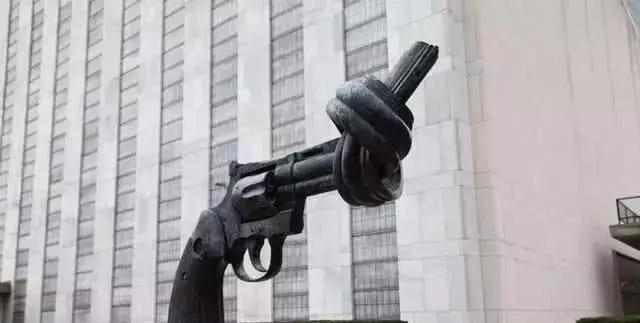 纽约联合国总部前的铸剑为犁是什么含义
