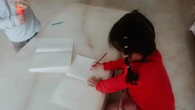 儿子四岁半了,上了一年幼儿园,现在连数字二也不会写,该怎么教育