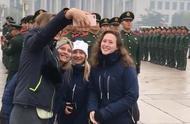 外国小姐姐站在武警战士面前合影,应该是被军人气质吸引了!