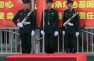 看到三位国旗卫士的笑容,感觉真的很甜,兵哥哥太可爱了!
