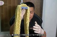 用方便面做的假发,真是太有创意了,你敢戴这个上街吗?