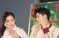 陈飞宇与欧阳娜娜在宣传活动中两人频频对视 台上的他们太般配
