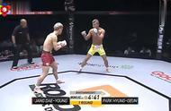 韩国拳手竖中指挑衅,激怒对手,被打跪在擂台上