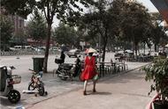 淮北街头现防晒神器 帽子伞