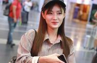 创造101选手陈意涵戴棒球帽穿灰色衬衫现身机场面带微笑