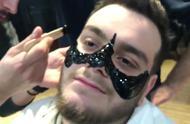 吐槽女友美容男子决定自己体验一把,蜜蜡脱鼻毛痛到抽搐