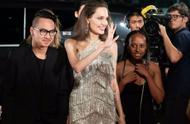 安吉丽娜·朱莉流苏裙现身红毯,优雅形象让人惊艳,44岁依旧迷人