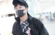 苏有朋现身机场,衣着时尚风度翩翩,粉丝:我们都老了他还很年轻