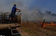 澳大利亚林火逼近市中心 危急火情和空气污染致600多所学校停课