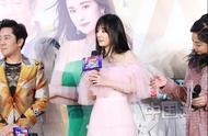杨幂空气刘海造型出席活动,粉色露肩长裙温婉可人,新发型怎么样?