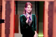刘涛祖母绿丝绒长裙再登《跨界歌王》舞台,优雅迷人是美涛没错啦