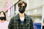 陈学冬墨镜口罩遮脸认不出,穿西服套装走机场,衣服颜色对眼睛好
