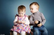 怎样让孩子有节制的玩手机?方法很简单,父母要多花时间陪伴孩子