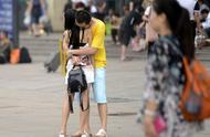 街拍:一言不合就kiss,假期结束大学生异地恋情侣火车站送别