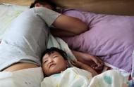 这个宝宝太搞笑了,花式叫爸爸起床,就问你服不服