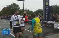 会玩!英国女子挑战倒跑半程马拉松,以3分37的时间打破世界纪录