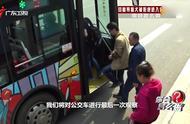 实拍:盲人大姐带导盲犬乘公交车,4次被拒2次成功上车