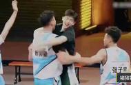 看到队员赢球后,邓伦超级开心的化身考拉抱自家球员