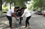 山东淄博:最铁室友 3男生教室友学骑自行车,学会一起上课