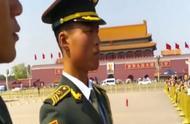 外国美女站在围栏外,盯着迎面走来的国旗卫士,估计被帅到了