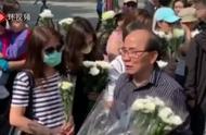 被暴徒扔砖击中头部老人昨夜离世,香港市民自发前往悼念