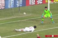 慢镜头回看张琳芃乌龙 ,想把球蹬出底线,可惜预判错误造成乌龙