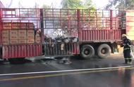 吃货们痛心!2吨自热火锅在运输中提前熟了,消防员出动控制火势