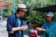 综艺:社交达人张国立外出买榨菜,遇村民送枣贴心拿给老婆邓婕吃