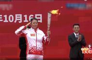 好燃啊!军运会圣火在武汉东湖绿道传递,800名师生见证火炬抵达