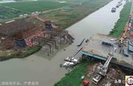 在建桥梁钢结构支架垮塌,硕大箱梁整体塌入水中,十多名工人落水