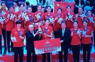 升国旗奏国歌!郎平和16名球员都有金牌!中国女排手拉手亮相