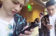 蔡徐坤主动向ikun展示手机屏幕在看啥,近距离看到坤坤,太帅了!