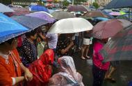 放学时间段疯狂降雨,家长打着雨伞蒙圈了,孩子在哪呢?