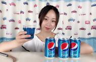 """妹子试喝""""蓝色可乐"""",这是我见过颜值最高的饮料,颜色太漂亮了"""