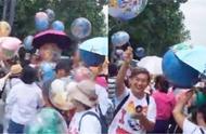 游客哄抢游乐园内售卖气球 工作人员:实在不能理解