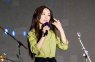 田馥甄身穿一袭白色衬衫裙,尽显淑女气质,网友:是心动的感觉!