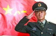 众星晒军装照庆八一建军节,45岁吴京帅出新高度
