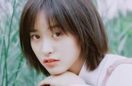 标志性短发沈月最新杂志挑战黑色长发加厚刘海的新造型,甜美可爱
