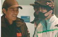 王俊凯飞机上偶遇张艺谋、唐季礼、谭飞,打招呼还挑时间,有心了