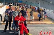 家门口的盛事一定要来看!买完军运会比赛票脚受伤,他们一家推着轮椅来观赛