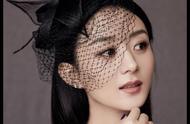赵丽颖,黑色露肩裙,搭配复古网纱礼帽,成熟中带着一丝俏皮性感